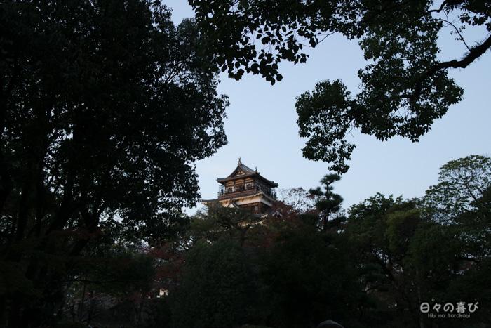 Donjon vu entre les arbres, château d'Hiroshima, Hiroshima-shi