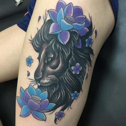 kadın üst bacak siyah çiçekli aslan dövmesi woman thigh black lion tattoo with flowers