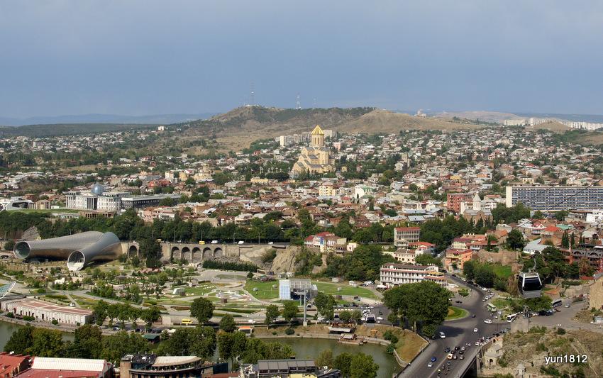 Вид на Авлабари и собор Самеба