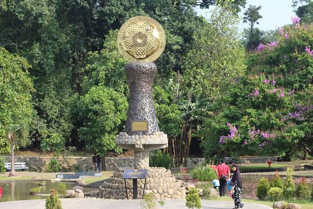 [Foto] Tugu Dua Abad Kebun Raya Bogor