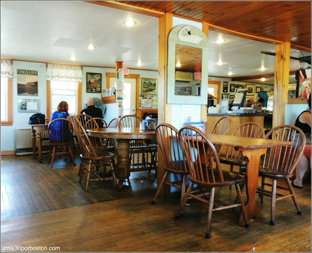 Lobster Shacks en Massachusetts: Comedor Interior del JT Farnham's