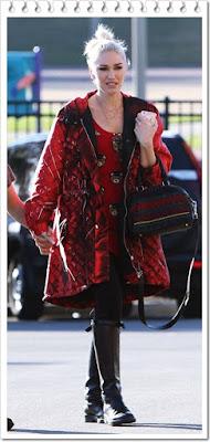 グウェン・ステファニー(Gwen Stefani)は、モスキーノ(Moschino)のスリーブセーター、クリスチャンルブタン(Christian Louboutin)のトートバッグを着用。