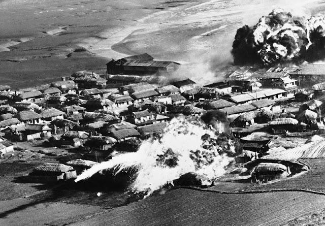 Un B-26 ataca con napalm una aldea de Corea del Norte