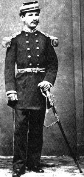 Foto de Alfonso Ugarte joven militar y de cuerpo entero