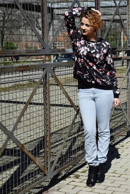 Outfit-Sudadera-flores-2