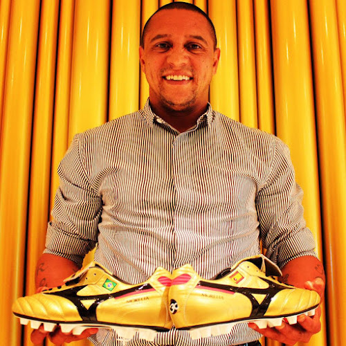 The Mizuno Morelia 30th anniversary logo is present on the heel of the  golden Roberto Carlos soccer boots. a6950df403f
