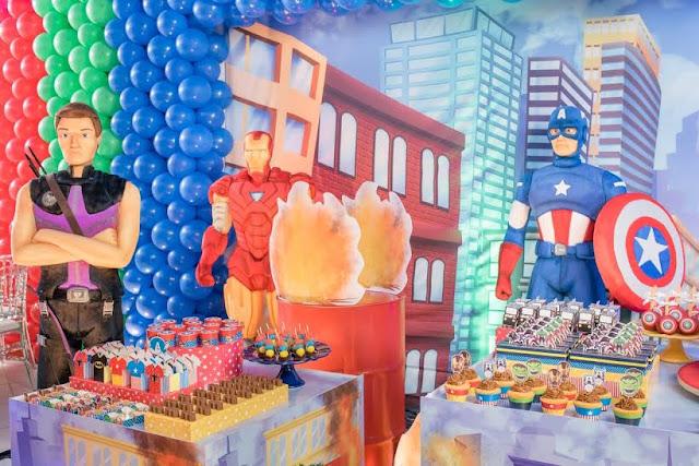Personagens de histórias em quadrinhos são temas para aniversário dos meninos