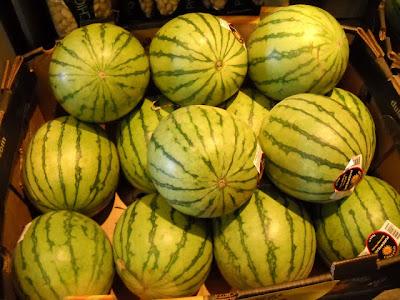 صورة جميلة جدا لفاكهة البطيخ مع انعكاس الضوء الخافت