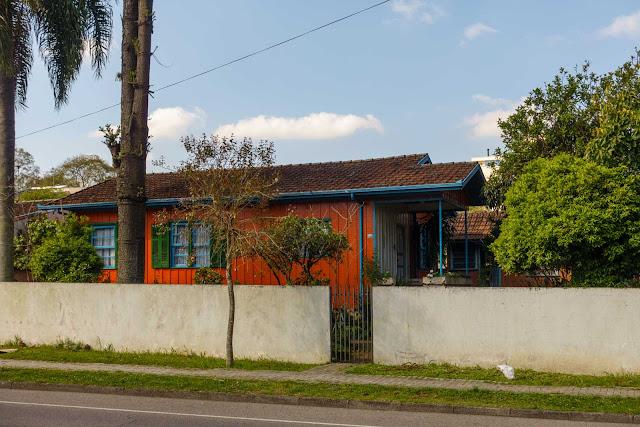 Uma casa de madeira bem colorida