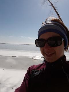Lac des Deux Montagnes, parc d'Oka, hiver, glace, femme souriante, lunettes de soleil