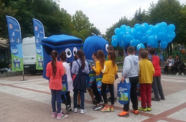 Μαθήτριες κέρδισαν ποδήλατα σε εκδήλωση για την ανακύκλωση στη Νεάπολη Λάρισας