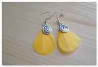 boucles d'oreilles plumes jaunes et breloques boutons
