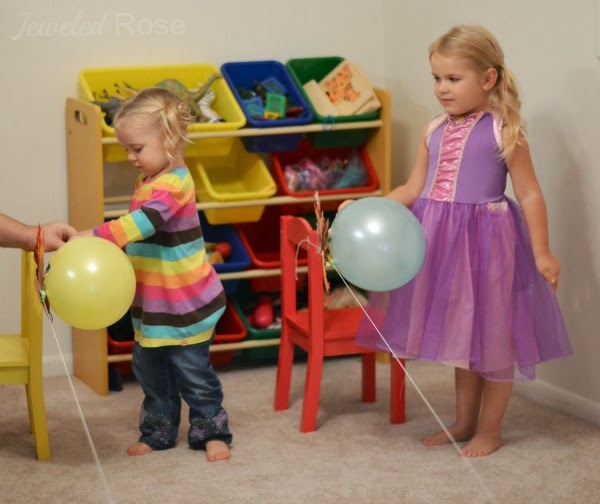 Wow the kids this fall and make turkey balloon rockets!  This fun science experiment is great for preschool! #balloonrockets #balloonrocketsforkids #balloonrocketsexperiments #turkeyballoons #turkeyballoonrockets #turkeyrocketrace #fallscience #turkeyrocket #scienceexperimentskids #growingajeweledrose #activitiesforkids