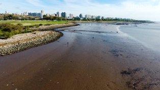 La zona costera del área metropolitana registra 1,50 metros por debajo de los valores indicados en las tablas de marea. A raíz del fenómeno, provocado por vientos fuertes del oeste, el servicio de Hidrografía Naval advirtió que podría bajar la presión del agua en la provincia de Buenos Aires.