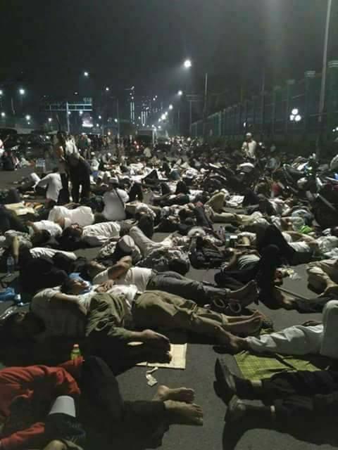[FOTO] Aksi 212 Jilid II, Peserta Tidur di Jalan Raya