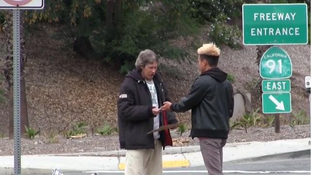 Le dio dinero a un vagabundo y lo siguió́ a ver como lo gastaba