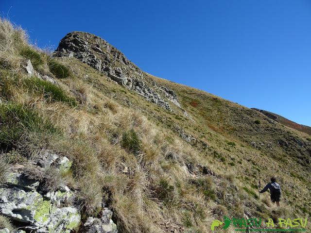 Ruta al Cornón por el Valle los Cereizales: subiendo al Cornín