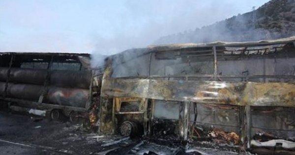 Κάηκαν ζωντανοί σε σύγκρουση λεωφορείου και φορτηγού – 13 νεκροί (βίντεο)