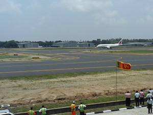 Plane from Trivandrum made to land this afternoon at 12.32 ... Katunayaka runway opens once again (video)