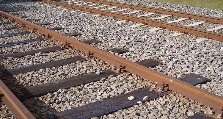 ما هو السبب وراء وضع الحجارة الصغيرة أسفل القطارات