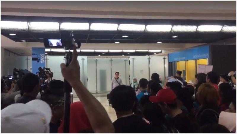 Amalia Ayuningtyas dan Richard Handris Saerang tiba di Bandara Soekarno Hattta