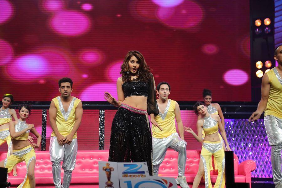 Rashi Khanna Navel Show Photos In Black Dress