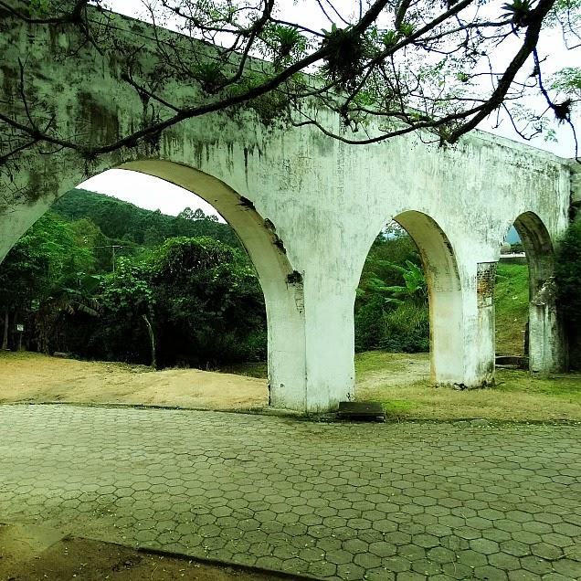 Aqueduto, no Balneário São Miguel, em Biguaçu, Santa Catarina