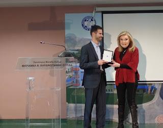 """17.02.2015- Η κυρία Μαριάννα Β. Βαρδινογιάννη απονέμει στο Βαγγέλη Αυγουλά τιμητική πλακέτα της """"Ελπίδας"""" στην Ογκολογική Μονάδα Παίδων, αναγνωρίζοντας την κοινωνική του προσφορά."""
