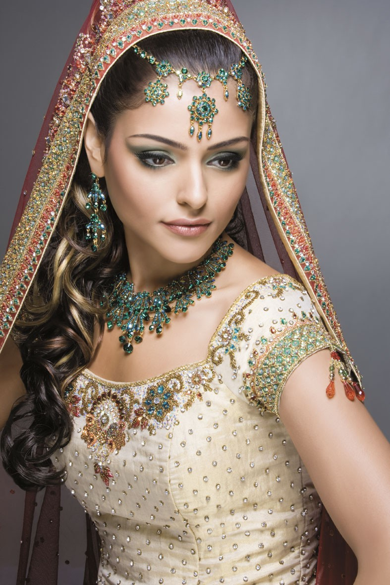 In Traditional Indian Bridal Makeup They Use Heavy And Dark For Bride To Look Beautiful On Her Wedding Day So Here Are Some Unique Photos Of Brides