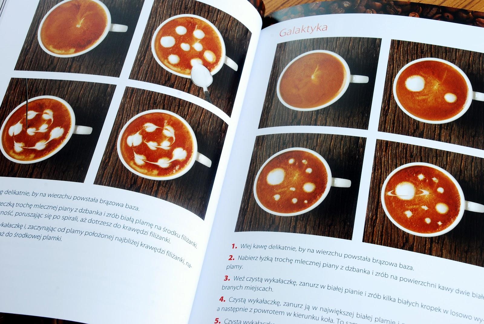 Wnętrze książki, zdobienie powierzchni kawy, po prawej Galaktyka