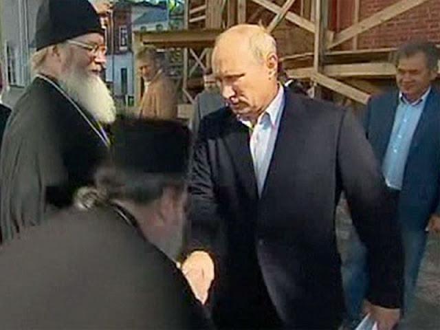 Num vídeo religiosos do Patriarcado de Moscou beijam a mão de Vladimir Putin