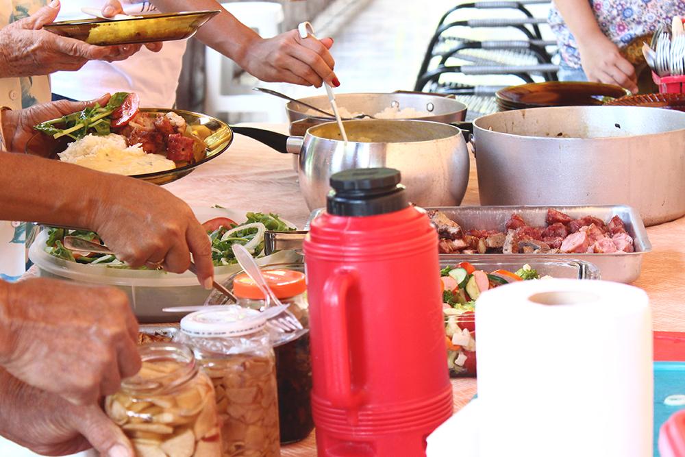 mesa de almoço em família