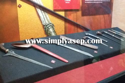 SENJATA :  Koleksi senjata khas Melayu Kalimantan Barat seperti rencong, keris yang mewarnai sejarah dan kebudayaan di Kalimantan Barat.  Foto Asep Haryono