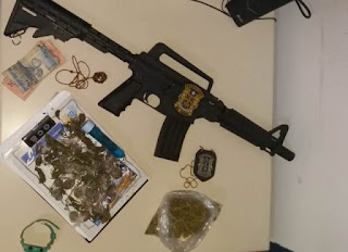 Polícia apreende simulacro de fuzil