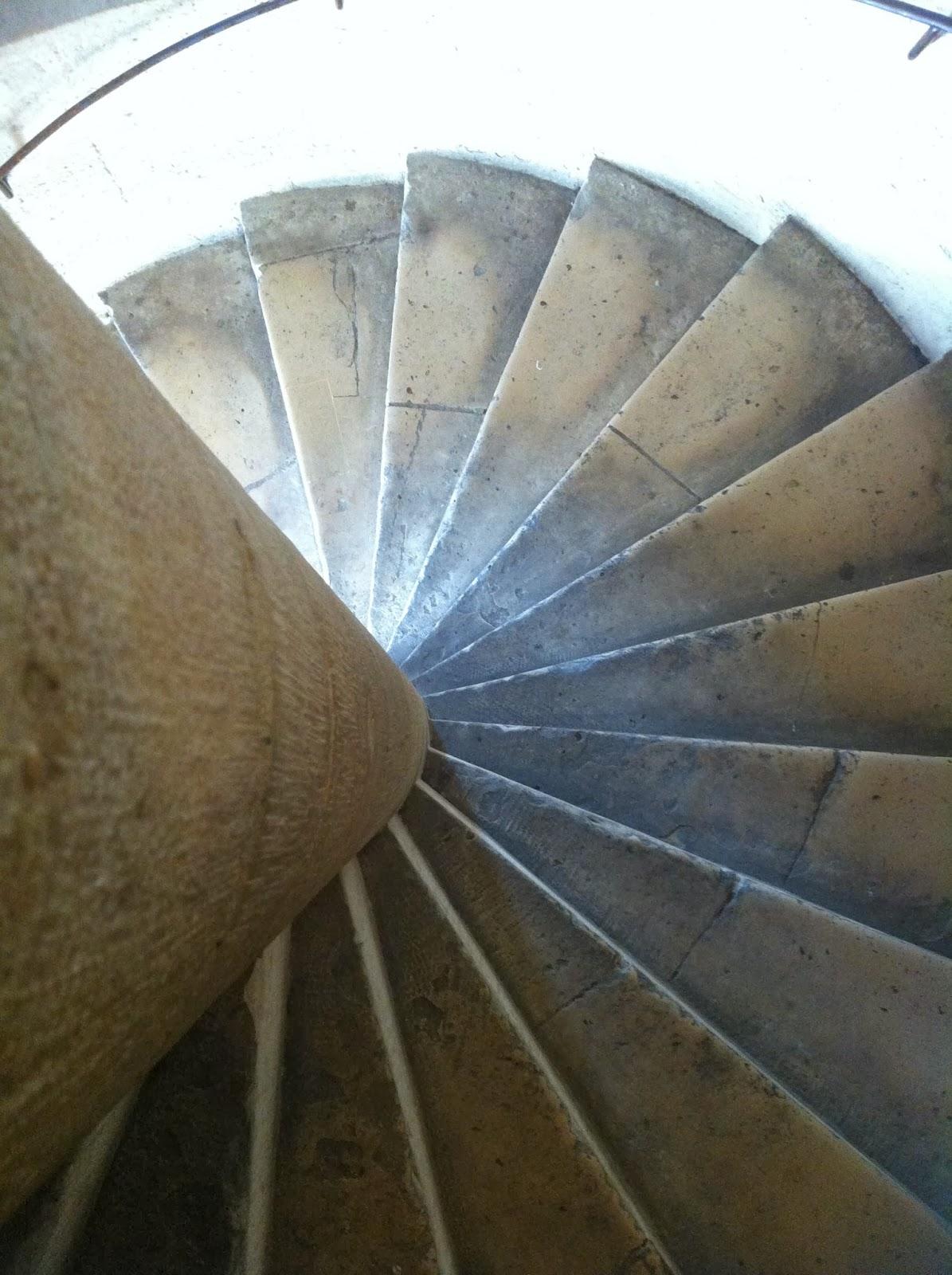 400 Peldaños en las Escaleras de Caracol en Notre Dame Paris