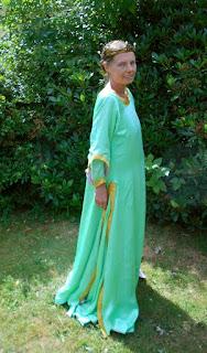 http://evashistoricalcostumes.blogspot.se/p/italian-gown-1338-1340.html