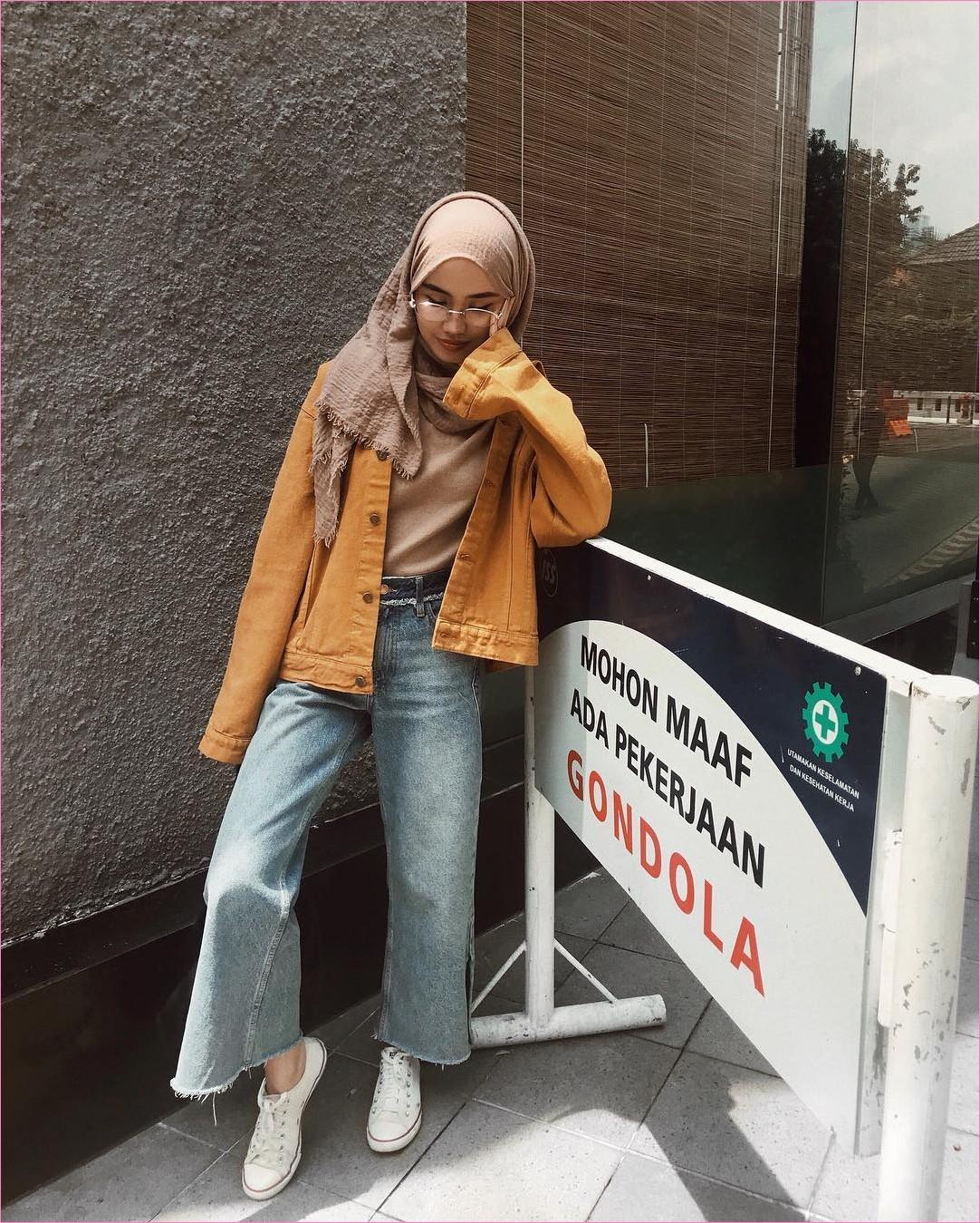 Outfit Kerudung Pashmina Ala Selebgram 2018 hijab pashmina rawis krem jaket oren mangset t-shirt celana jeans denim kulot pallazo sepatu kets sneakers putih kacamta bulat ootd trendy kekinian hijabers tmii kaca tembok keramik