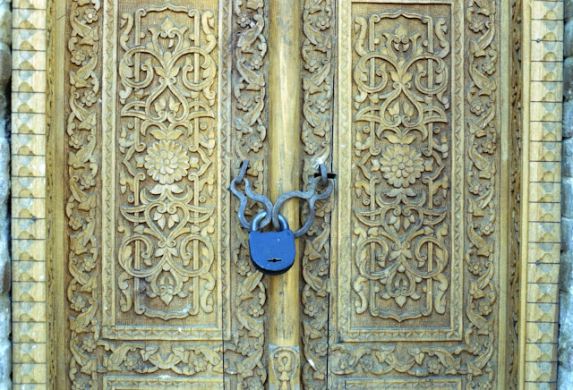 Ouzbékistan, Samarcande, Registan, porte sculptée, © Louis Gigout, 1999