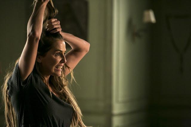 Segundo Sol: Cena em que Karola corta o próprio cabelo(Foto: Isabella Pinheiro/Gshow