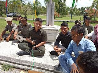 Ketua DPRD Lombok Barat Klarifikasi Masalah Haitami di Depan Massa Aksi