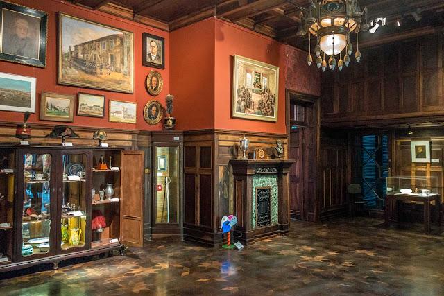 O interior do Palacete Garmatter, sala com lareira