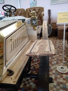 Detalle de chasis de madera en vehiculo clásico Musee automovile de Vendee