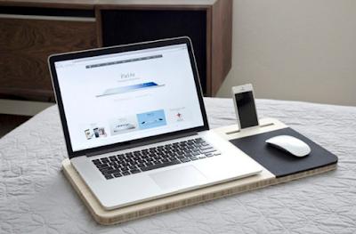 đặt laptop trên bề mặt phẳng