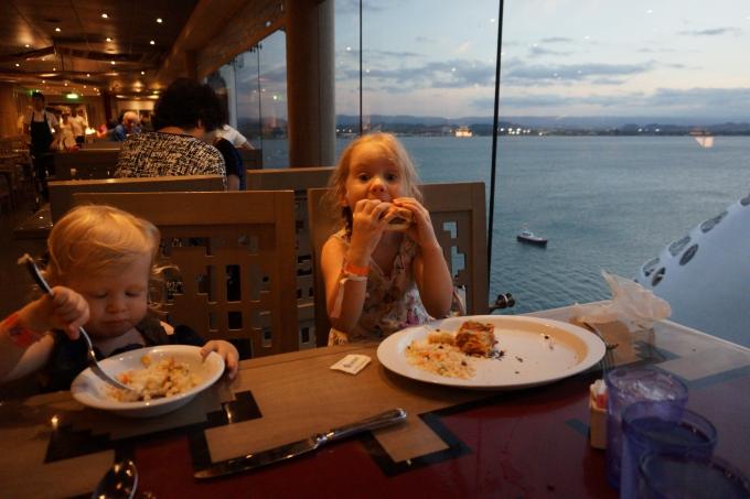 msc divina karibian risteily, lapset buffetissa syömässä