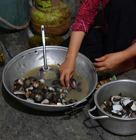 makan kerang di kota Tanjung Balai