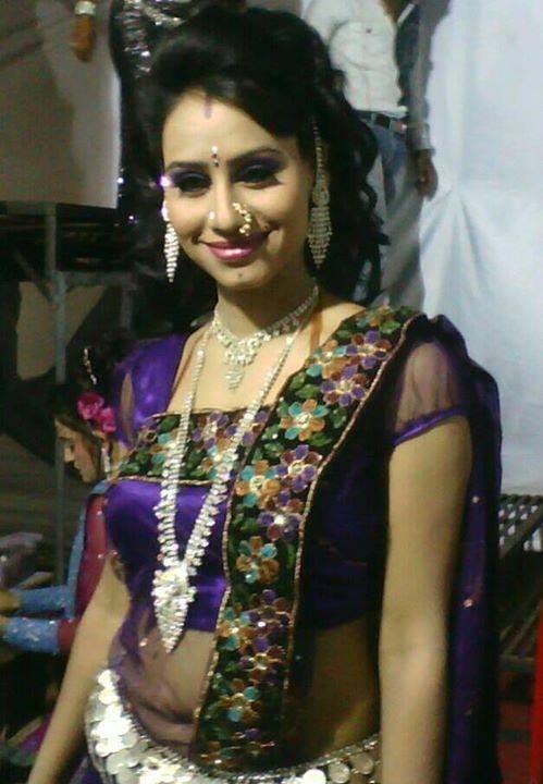 Desi Indian Girls Indian Actress In Tight Saree Looking Hot-5747