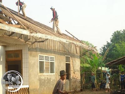 FOTO : Ngahiras ngarakrak kayu konstruksi atap rumah Wak Endos