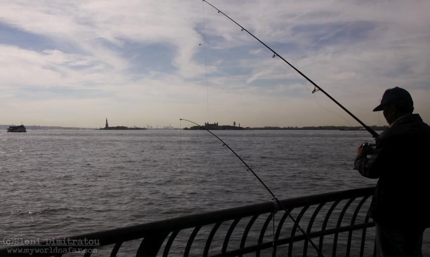 ψαράς απέναντι από το Άγαλμα της Ελευθερίας