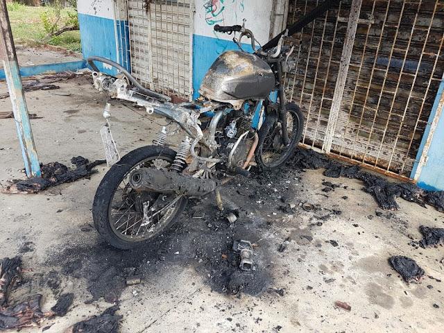 Motocicleta é incendiada no bairro do Cruzeirão