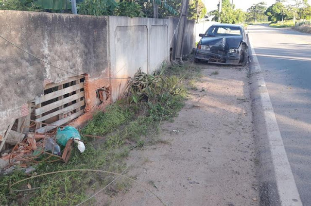 http://vnoticia.com.br/noticia/2572-carro-colidi-com-poste-em-ponto-de-cacimbas-e-rompe-rede-eletrica
